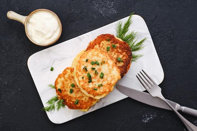 Картофельные оладьи с начинкой из рубленого лосося, вид сверху