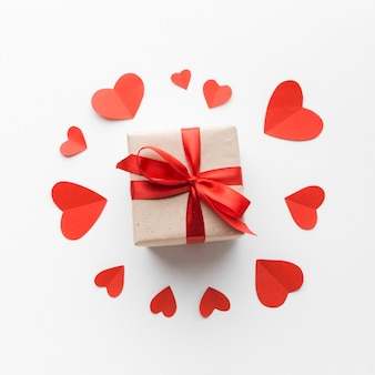 Вид сверху подарок с сердечками
