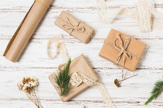 Вид сверху подарков с оберточной бумагой