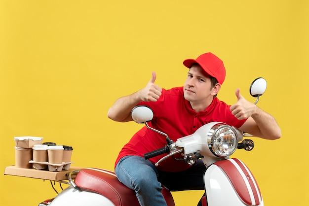 赤いブラウスと帽子を身に着けている誇り高き若い大人の平面図は、黄色の背景でokジェスチャーを行う注文を配信