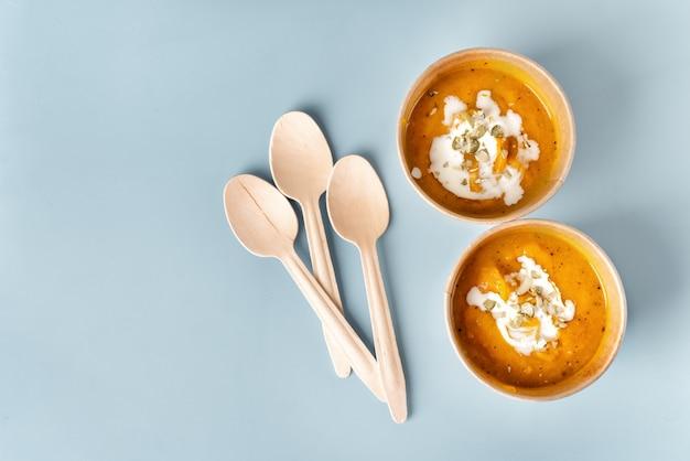 Вид сверху тыквенный суп в эко крафт бумажная посуда