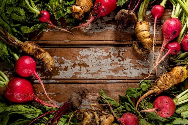 Вид сверху редис с овощами
