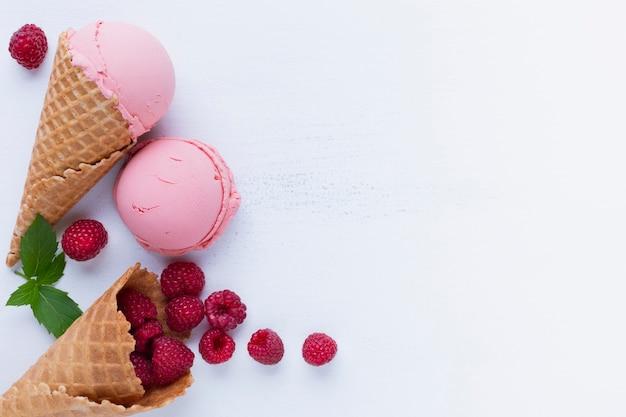 Вид сверху малиновое мороженое
