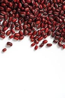 白いテーブルの背景に分離された生小豆の上面図