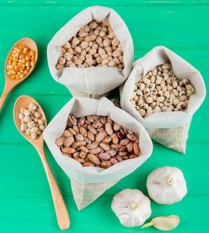 원시 콩 및 자루에 병아리 콩의 상위 뷰