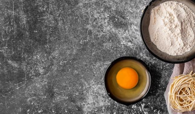 Вид сверху концепции сырой лапши