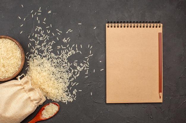 灰色の表面の袋とプレートの中の生米の上面図