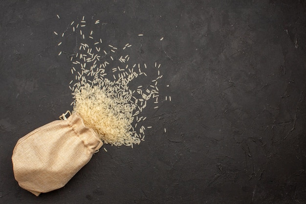 灰色の表面の袋の中の生米の上面図