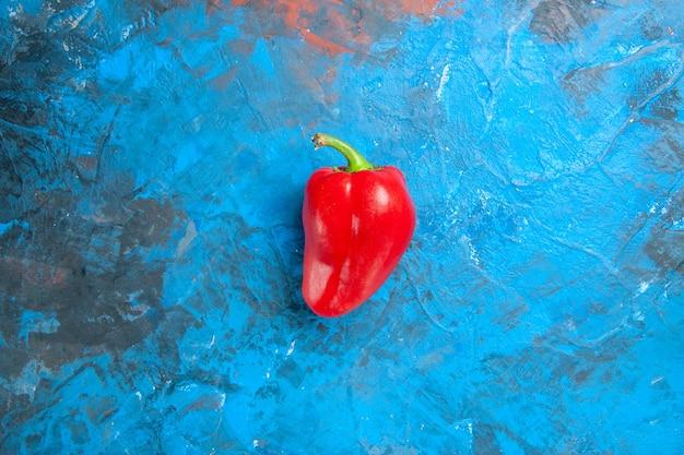 파란색 표면에 빨간 벨 고추의 상위 뷰
