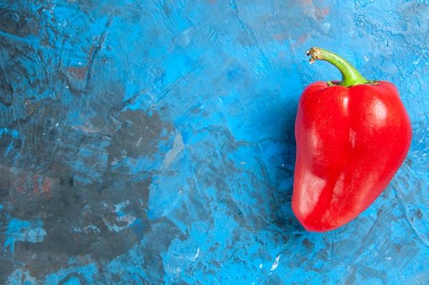 青い表面に赤いピーマンの上面図