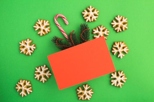 Вид сверху красной карточки для рождественских поздравлений