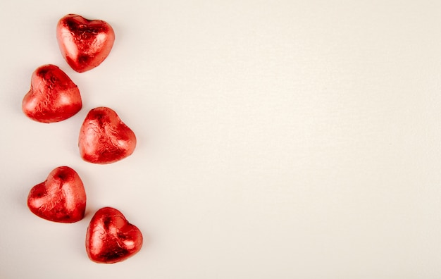 붉은 심장 모양의 사탕 복사 공간 흰색 테이블에 고립의 상위 뷰