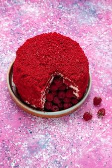 레드 라즈베리 케이크의 상위 뷰는 분홍색 표면에 접시 안에 맛있는 구운