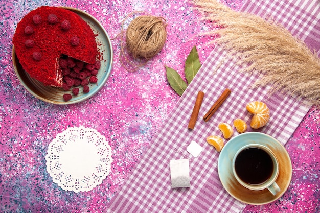 ピンクの表面にシナモンみかんとお茶と赤いラズベリーケーキの上面図