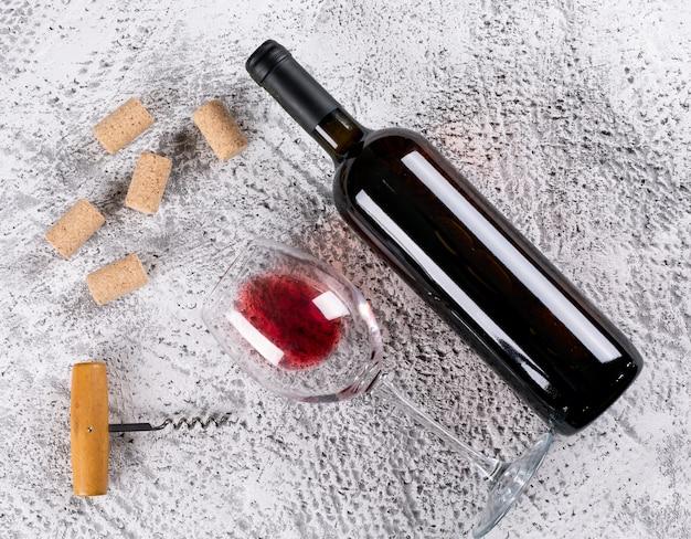 水平方向の白い石の上に赤ワインのトップビュー