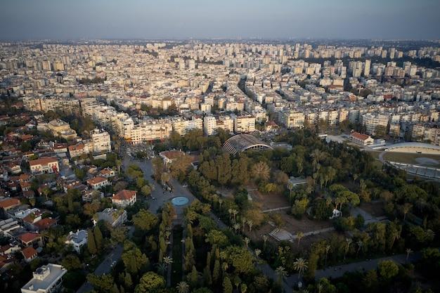 Вид сверху на курортный городок с гостиницами и жилыми домами. вид с дрона на городские здания в летний день.