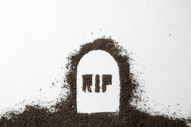 白い表面に暗い土が付いている墓の形の裂け目の碑文の平面図
