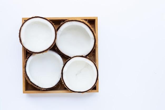 木製の箱で熟したココナッツの平面図です。