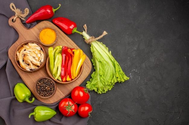 黒の熟した新鮮な野菜の上面図