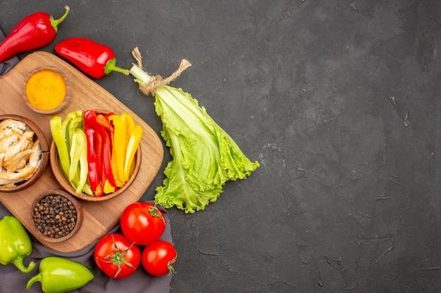 黒の調味料で熟した新鮮な野菜の上面図