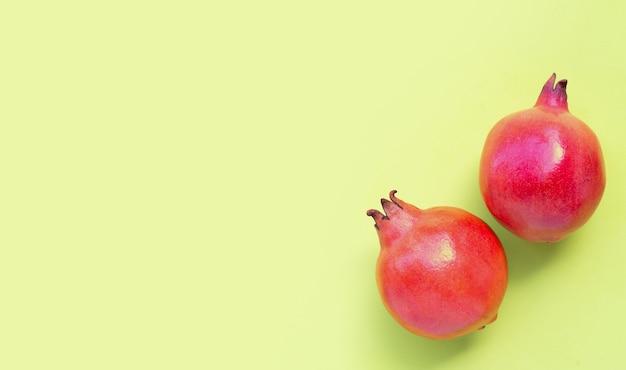 緑の背景に熟したザクロの果実の上面図。