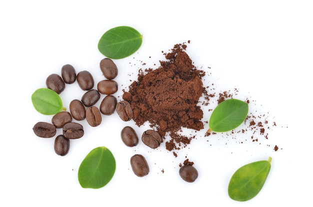 Вид сверху жареных кофейных зерен, изолированных на белом фоне.