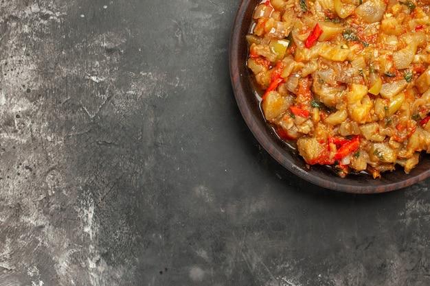 어두운 표면에 그릇에 구운 가지 샐러드의 상위 뷰