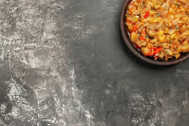 暗い表面のボウルにローストナスサラダの上面図