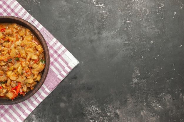 분홍색 흰색 체크 무늬 표면에 그릇에 구운 가지 샐러드의 상위 뷰