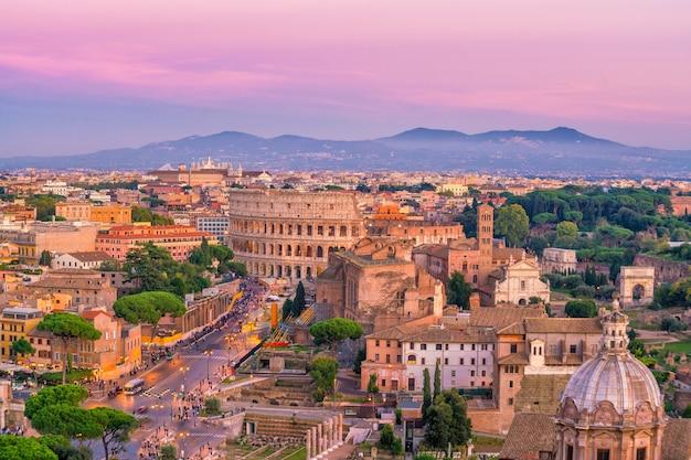 イタリア、カステルサンタンジェロからのコロッセオとローマの街のスカイラインの平面図。