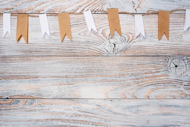 木製のテーブルの上にロープのトップビュー