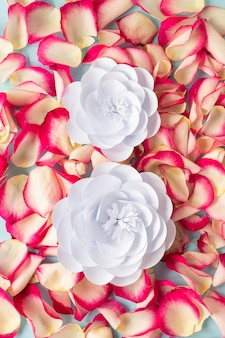 女性の日のための花とバラの花びらの上面図