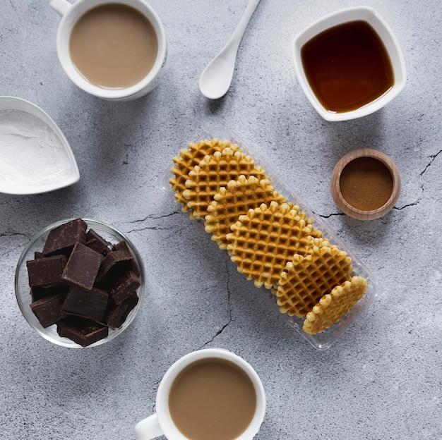 Вид сверху круглых вафель с шоколадом и кофе