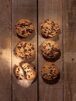 ダークウッドの背景に素朴なクッキーの上面図