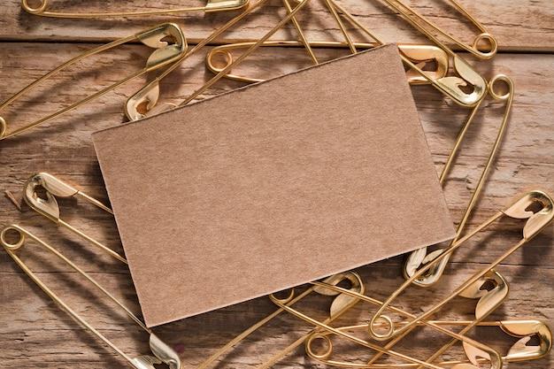 카드와 함께 나무 표면에 안전 핀의 상위 뷰