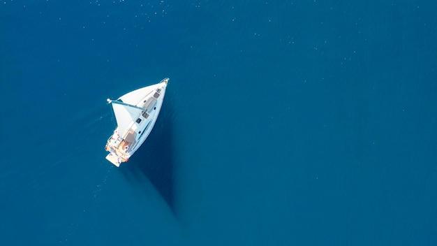 クロアチアの晴れた日に外洋でセーリングの豪華ヨットの上面図
