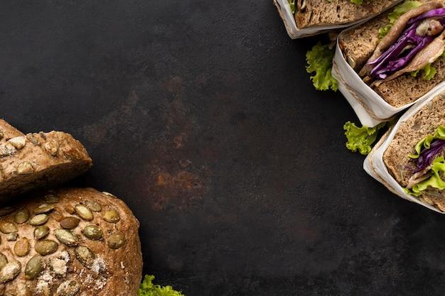 Вид сверху бутербродов салата с хлебом