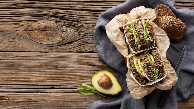 Вид сверху бутербродов с салатом с копией пространства и авокадо