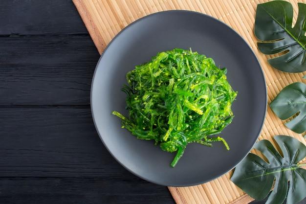 Вид сверху салат с водорослями и кунжутом