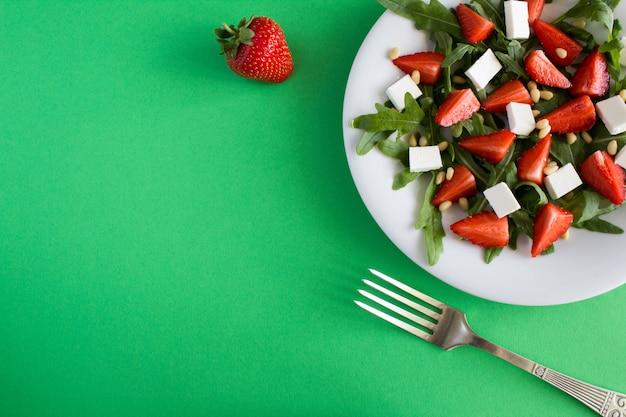 イチゴ、ルッコラ、ソフトチーズ、松の実のサラダのトップビュー