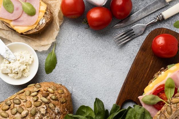 Вид сверху бутерброд с беконом и ингредиентами