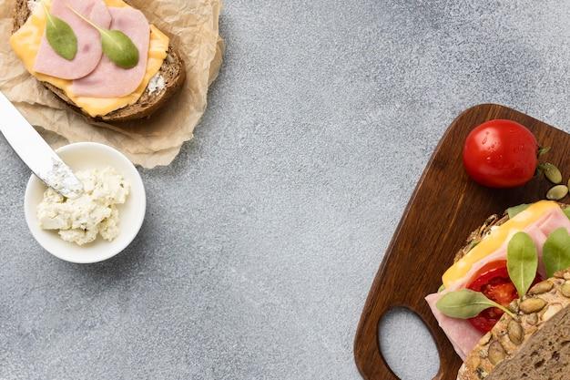 Вид сверху бутерброд с помидорами и беконом