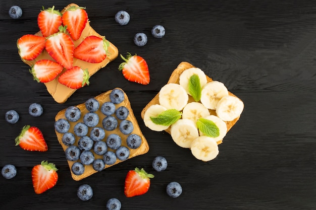 黒にピーナッツバターとフルーツのサンドイッチの上面図