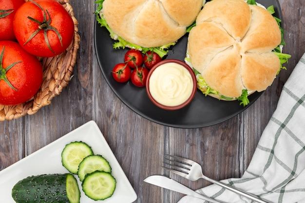 Вид сверху бутерброды с помидорами и майонезом