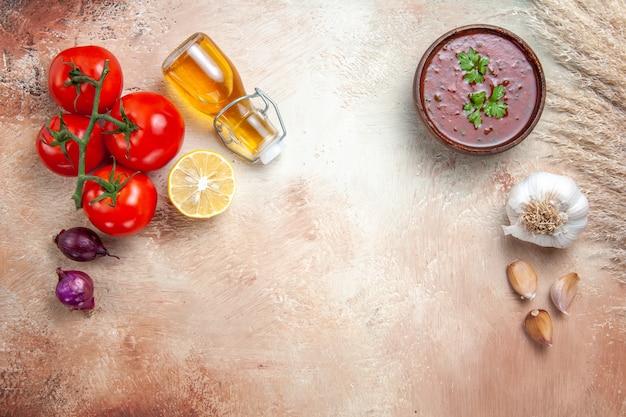 ボトルニンニクにハーブトマトタマネギレモンオイルとソースソースの上面図