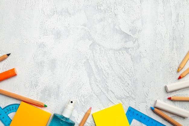 学校用の散在する文房具の上面図、コピースペース