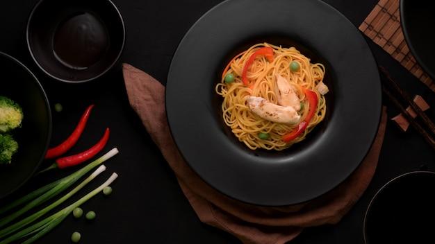 シェズワンヌードルまたはチャウメンの野菜とチキンの平面図
