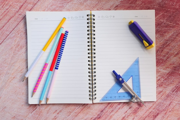 コピースペースのあるテーブル上の学校サプライヤーの上面図。