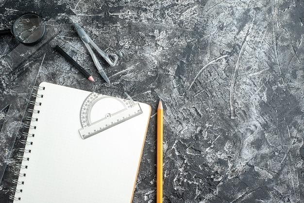 暗い表面の学用品の上面図