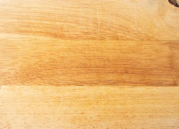 傷のある木製のまな板、古い木製のまな板、自然な背景の上面図。